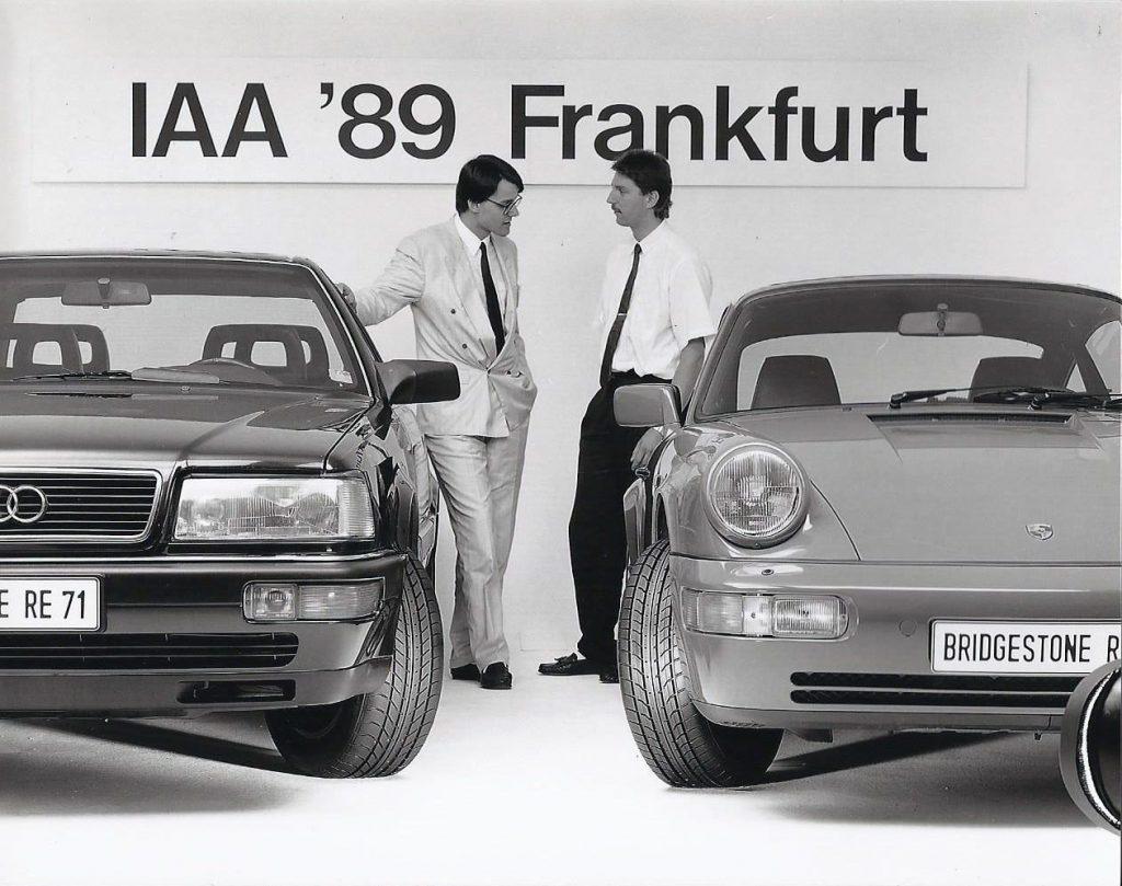 Dieses Bild erschien 1989 vor der IAA millionenfach in deutschen Zeitungen. Unser Geschäftsführer Markus Burgdorf (links) hatte es für Bridgestone produzieren lassen und damit einen großen Erfolg.
